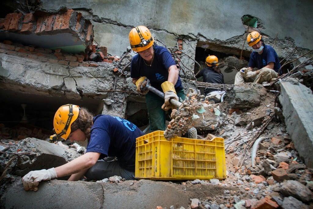 Rescate y salvación en áreas de desastre alrededor del mundo